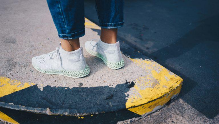 Cele mai bune modele de sneakers albi pentru ținuta zilnică