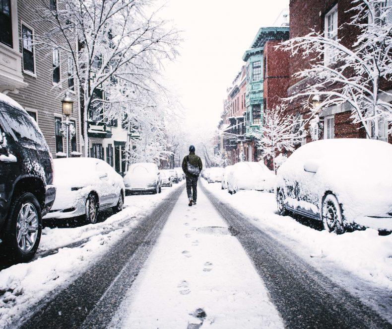 Cum să alegi o jachetă de iarnă care să te încălzească din exterior și interior?